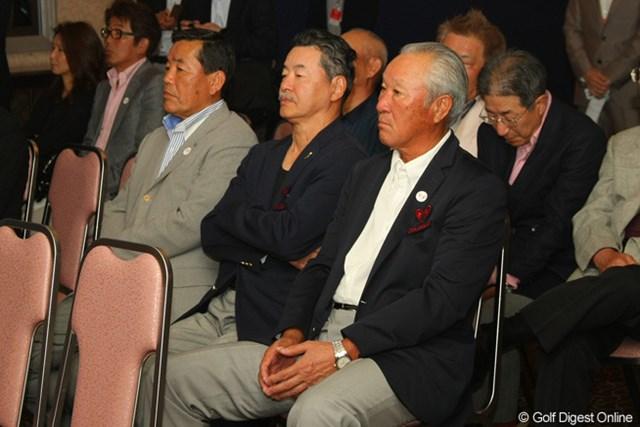 実行委員の青木功、日野皓正は王氏の抽選をじっと見つめていた
