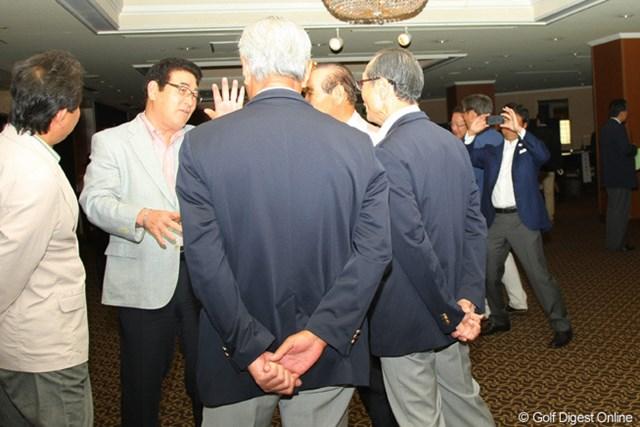 王貞治氏、山本浩二氏、東尾修氏などプロ野球OBたちを写真に収めようと必死にシャッターを切る横田真一(右奥)