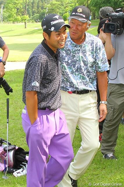 優勝を決めた池田勇太に声をかける青木功とポケットに手を入れたまま話をする池田