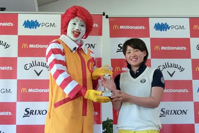 表彰式でドナルドからトロフィーを授与されて笑顔の永井花奈