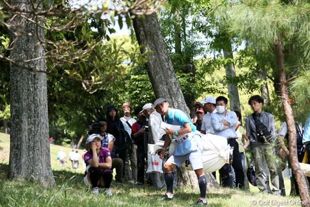 考える人(江里菜)。林に打ち込んでしまいご覧のポーズ。4アンダー首位タイ