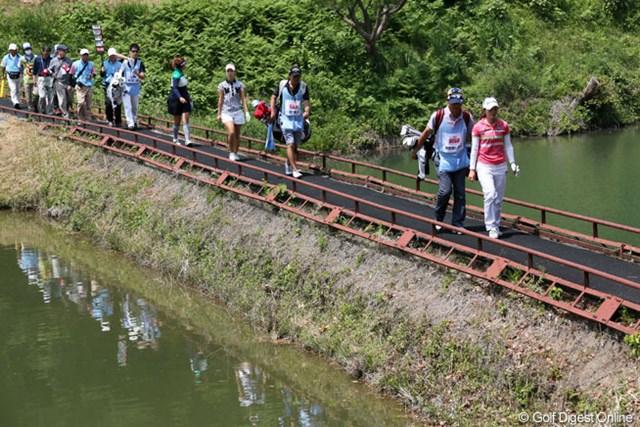 2013年 ほけんの窓口レディース 2日目 諸見里しのぶ、上田桃子 6番セカンド地点へ向かう橋を渡るプロとキャディたち