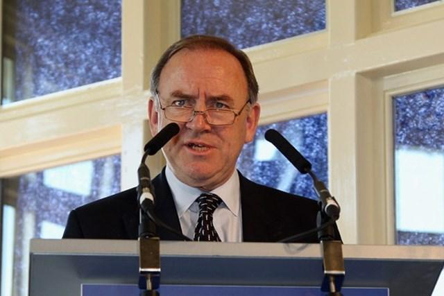 2013年 ホットニュース ピーター・ドーソン アンカーリング禁止について説明をするR&Aのピーター・ドーソン