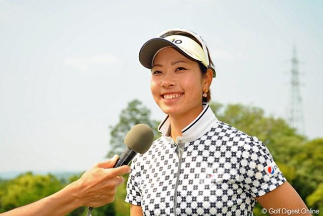 プレー中はポーカーフェイスのリカコーも、インタビューではこの笑顔。これからは関西の女の子らしく、プレー中も笑顔でお願いネ!