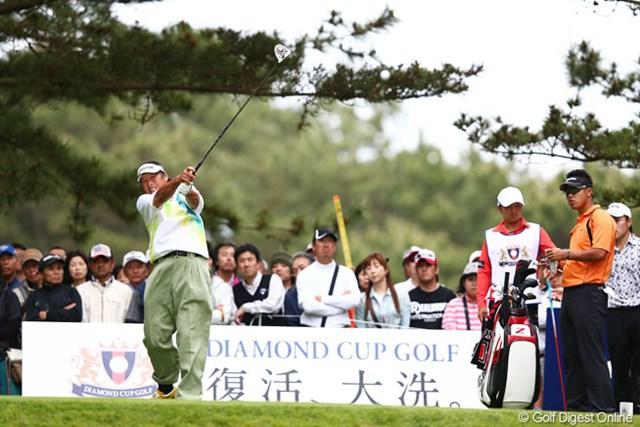 2013年 ダイヤモンドカップゴルフ 初日 尾崎将司、松山英樹 同組の松山君が見守る中、力強いティショットをするジャンボさん