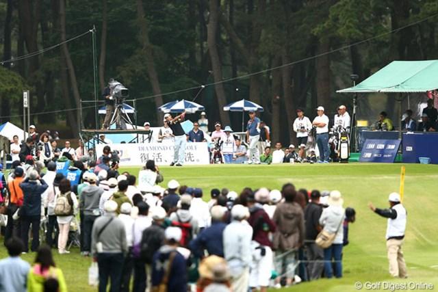 2013年 ダイヤモンドカップゴルフ 3日目 1番ティ 土曜日とあって朝からギャラリーも会場に足を運んでますが寒いです