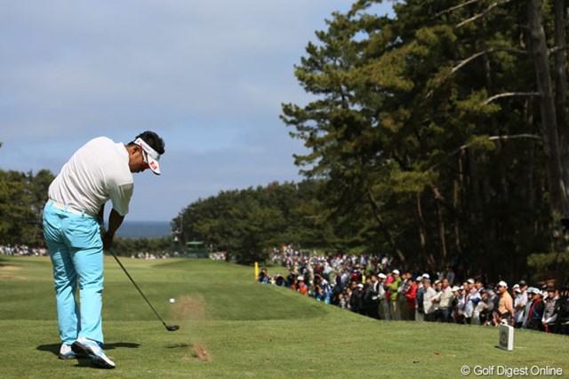 2013年 ダイヤモンドカップゴルフ 最終日 松山英樹 16番僅かに見える太平洋に向かってティショットする松山君
