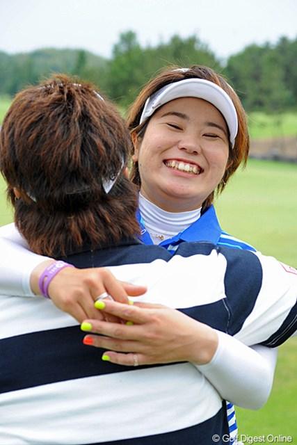 グリーンサイドで見守っていた福島のミキチーと抱き合っております。ジュニア時代に研さんを重ねた者同士の友情でありましょうか?