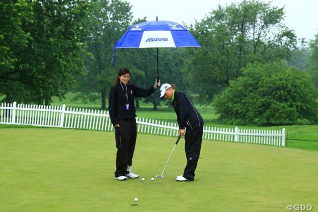2013年 ウェグマンズLPGA選手権 初日 ステーシー・ルイス 雨中の練習グリーンで黙々とパッティングを行うS.ルイス