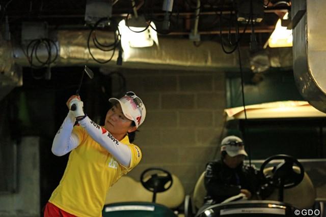 2013年 ウェグマンズLPGA選手権 初日 上原彩子 スタートを待ち、カート庫でスイングチェックを行う上原彩子
