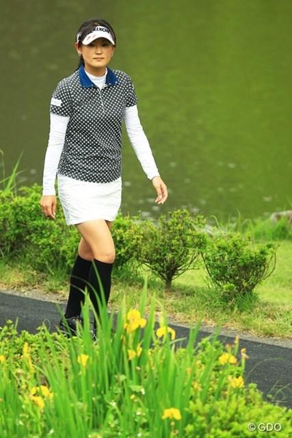 綺麗な花を見つめる、綺麗な北田さんでした。2アンダー13位タイスタートです。
