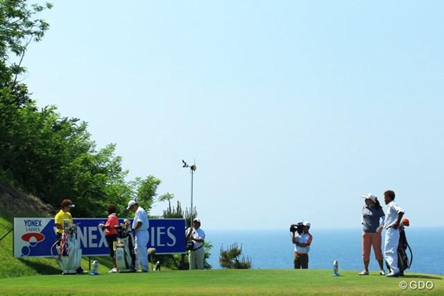 「もう早くゴルフ終わらせて釣りに行こうよ!」とばかりに、最終組の「釣りっ娘」三人組が海を見つめます。