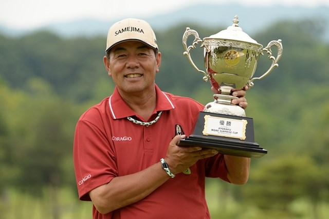 プレーオフ1ホール目で奥田靖己を破り、初代優勝者に輝いた室田淳 ※画像提供:日本プロゴルフ協会