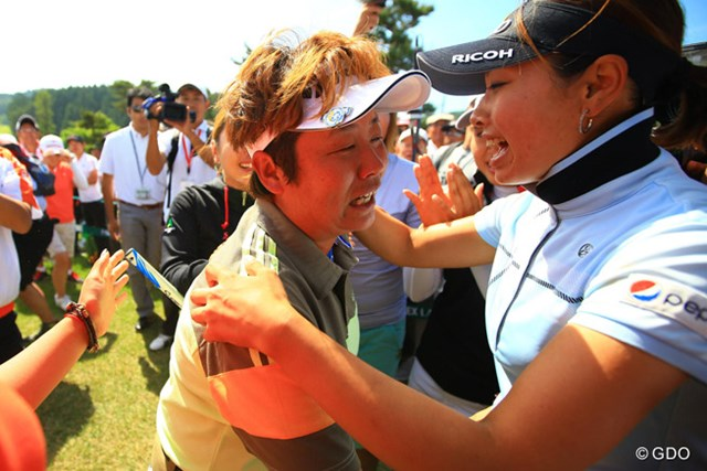 森田と抱き合い、2人で涙。