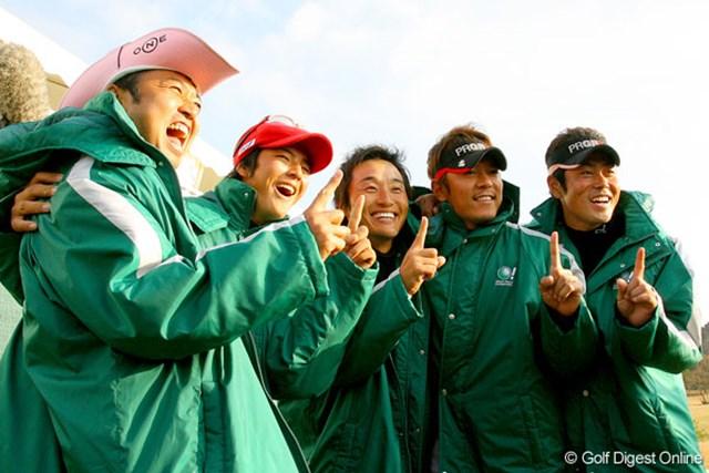 連覇を果たしたJGTOチーム。全員揃って「ナンバーワン!」