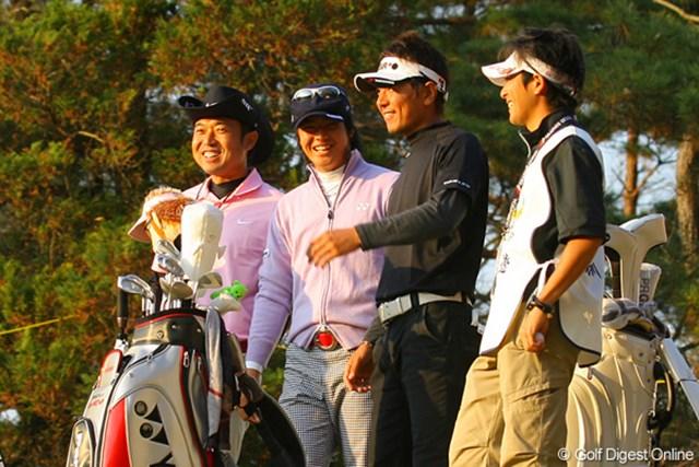 18番ティでは2組が待つ状態。石川組に追いついた片山、矢野が笑顔で話しかけた