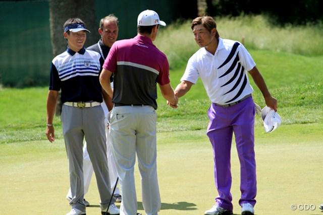 練習ラウンドを終え、上田と塚田はJ.ローズと握手