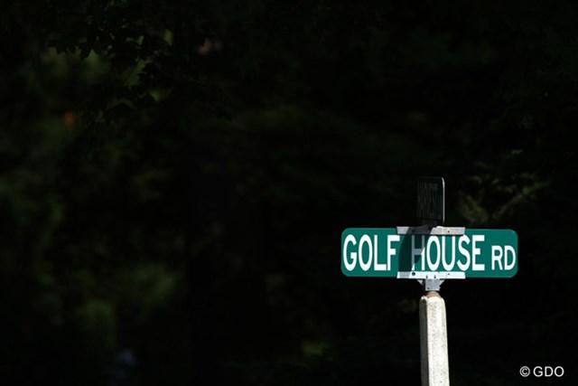 2013年 全米オープン 事前 ゴルフハウスロード 左ドッグレッグの14番ホール、そのすぐ左側を走る道路で、ここに打ち込むとOBだ