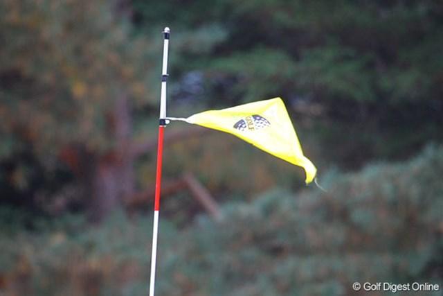 強風のため9番のピンフラッグの紐が・・・プレーは一時的に中断された