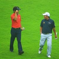 楽しそうに会話する二人。何故か深堀さんは「コブラガッツポーズ」。会話の内容を知りたいです。 2013年 日本ゴルフツアー選手権 Shishido Hills 初日 深堀圭一郎、P.マークセン