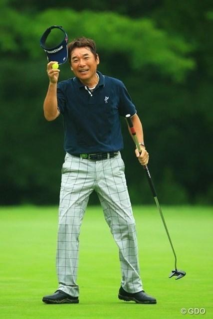 2013年 日本ゴルフツアー選手権 Shishido Hills 初日 尾崎直道 17番パーで何故かわざわざ帽子を取ってギャラリーの声援に応える直道さん。もしかして最終ホールと間違ってたとか?3アンダー11位タイです。