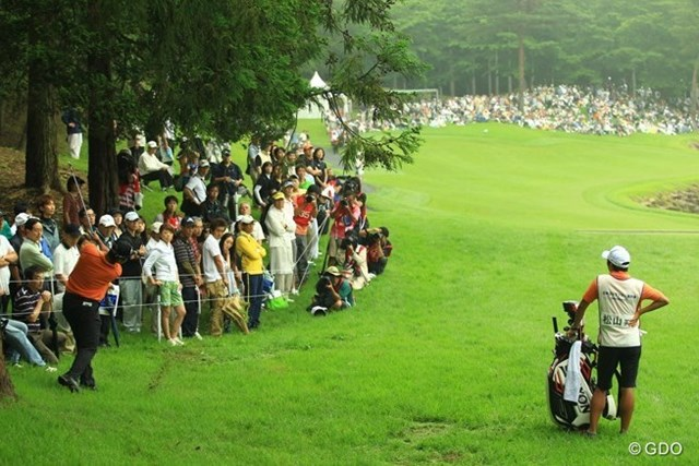 2013年 日本ゴルフツアー選手権 Shishido Hills 初日 松山英樹 17番ティショットは左のラフへ。深いラフで池越えの難しいショットでしたが、いとも簡単にパーオンするところが凄いですね。