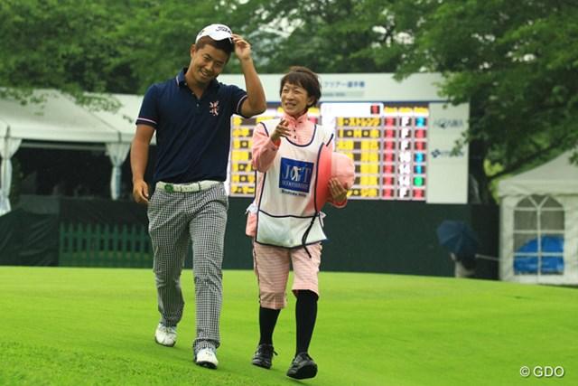 2013年 日本ゴルフツアー選手権 Shishido Hills 2日目 小平智 今週のハウスキャディさんは、何だかとぼけた感じな方なようですが、それが小平くんのリラックスに繋がっている雰囲気です。