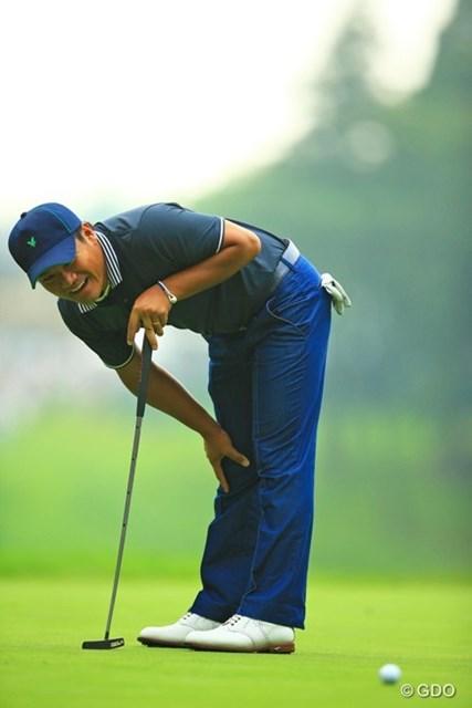2013年 日本ゴルフツアー選手権 Shishido Hills 2日目 宮里優作 スタートホールで短いバーディパットをまさかのショート。「練習グリーンと全然スピードが違うしっ!」ってツッコミ入れてました。