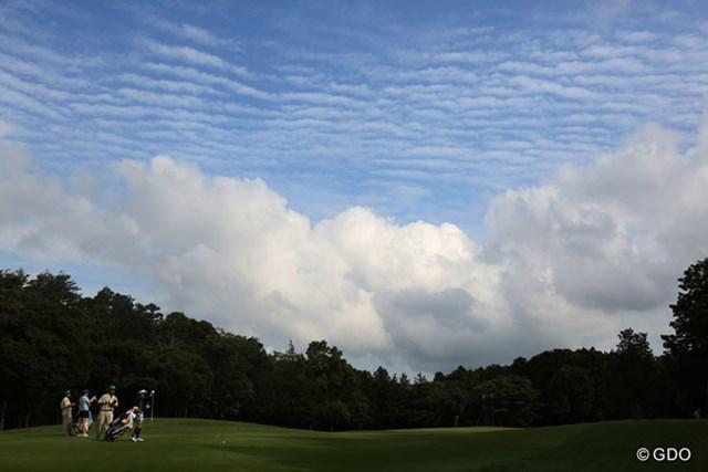 8番グリーンの奥に今日も変わった雲が・・・