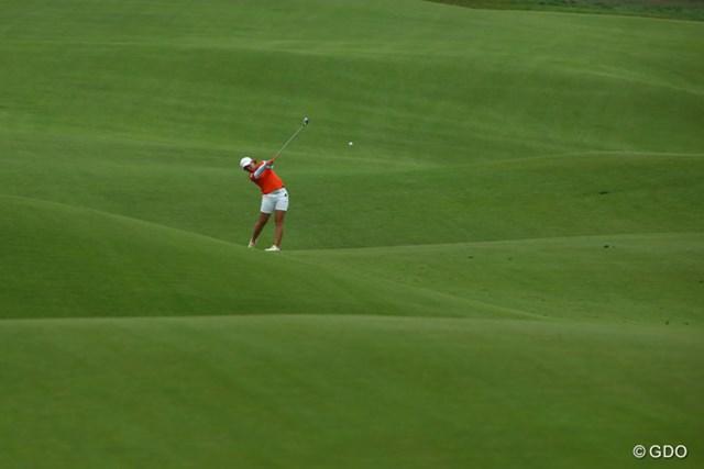 2013年 全米女子オープン 最終日 宮里美香 波のようにうねったフェアウェイからグリーンを狙う宮里美香