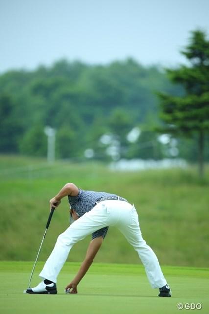 2013年 長嶋茂雄 INVITATIONAL セガサミーカップゴルフトーナメント 初日 ジェイ・チョイ なんかこのボールの取り方ムリがない?