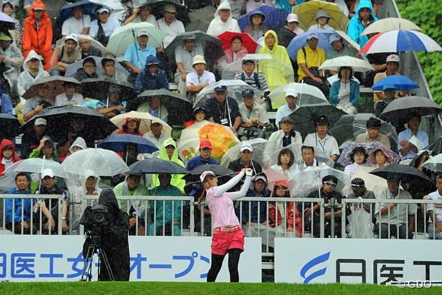 2013年 日医工女子オープンゴルフトーナメント 最終日 横峯さくら 土砂降りの中でティショットを放つサクラ。初日中断した時以上の雨やったから「これでスタートさせるの?」とビックリやってんけど…。