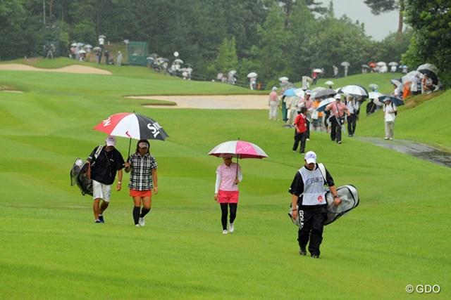 2013年 日医工女子オープンゴルフトーナメント 最終日 横峯さくら&吉田弓美子  1番ホールのセカンド地点から引き上げるサクラ&ヨッシー。こうなるのはわかってたのになァ…。