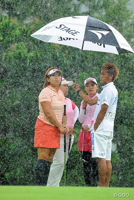 2013年 日医工女子オープンゴルフトーナメント 最終日 1番グリーン 再開直後の1番グリーン。またまた突然の豪雨でプレーどころではなくなりました・・・。それにしても、この雨量はいったい・・・。