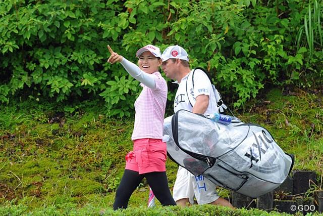 2013年 日医工女子オープンゴルフトーナメント 最終日 横峯さくら 2番ホールに向かうインターバルで、もの凄い雨雲を指さして 「あれはヤバイでしょ!」と笑うサクラ姐さん。さすがに笑いのツボが違いますわ。