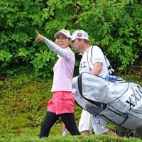2番ホールに向かうインターバルで、もの凄い雨雲を指さして 「あれはヤバイでしょ!」と笑うサクラ姐さん。さすがに笑いのツボが違いますわ。 2013年 日医工女子オープンゴルフトーナメント 最終日 横峯さくら