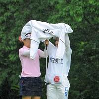 なんせ突然に降り出すもんやから傘も間に合いませんねん・・・。急場をしのぎのカッパを広げて雨宿り・・・。この直後に2度目の中断となります。 2013年 日医工女子オープンゴルフトーナメント 最終日 井芹美保子