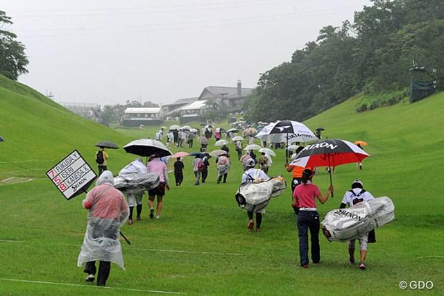 2013年 日医工女子オープンゴルフトーナメント 最終日 ギャラリー 中断の合図で引き上げる選手とギャラリー。下がグッチャグチャで、ギャラリーもフェイウエイを歩いて引き上げております。気持ちはわかる!