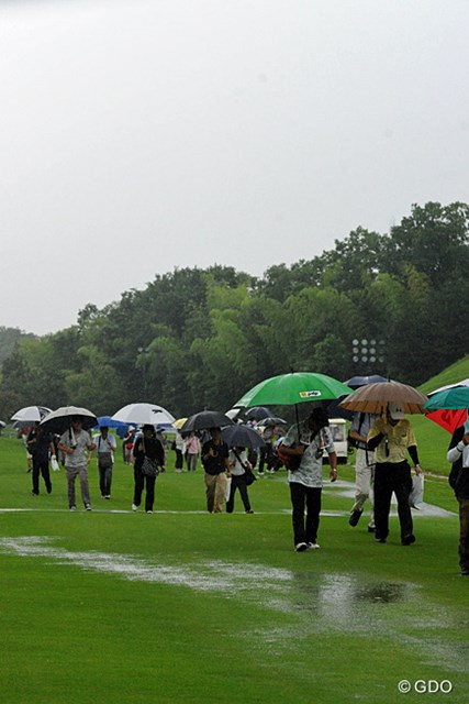 2013年 日医工女子オープンゴルフトーナメント 最終日 フェアウェイ 連日の雨と今日の豪雨でフェアウェイは「川」状態・・・。どこに打ってもカジュアルですワ・・・。