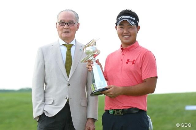 長嶋茂雄大会名誉会長からカップを授かった薗田峻輔。3シーズンぶりとなるツアー通算2勝目を手にした
