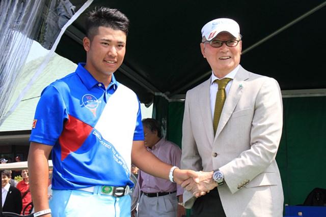 2013年 長嶋茂雄 INVITATIONAL セガサミーカップゴルフトーナメント 最終日 松山英樹 ホールアウト後、松山英樹は18番グリーンサイドで長嶋茂雄大会名誉会長と握手を交わした。