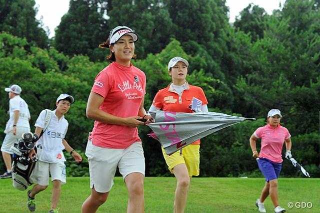 2013年 日医工女子オープンゴルフトーナメント 最終日 最終組 前の組と2ホールも空いてしまったんで、ミジョンがキム姐さんに「早くラウンドしないとヤバイでっせ~」と韓国語で叫んで猛ダ~シュ!