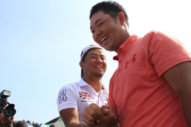 3年ぶりの優勝を果たした薗田峻輔に小平智が祝福しに歩み寄る