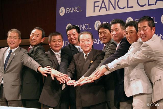 記者会見にはシニアプロ7選手に加え、PGA森会長(写真左)、ファンケル池森賢二名誉会長が登壇、揃って大会をPRした