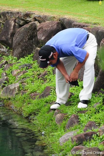 18番、池に捕まったボールを見つめる池田勇太