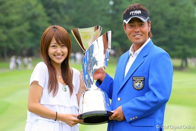 接戦を制し、賞金ランキングトップに躍り出た谷原秀人。絢香夫人と喜びを分かち合った