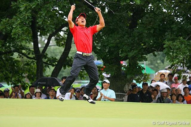最終18番でバーディを奪い、両足ジャンプ!全身で喜びを表現する谷口拓也