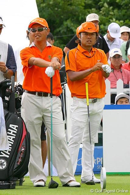谷口徹(左)と片山晋呉が同組に。ウェアのカラーがそっくり…