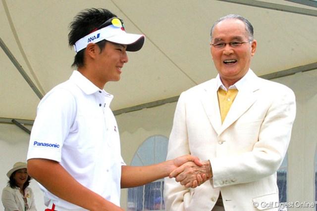 ホールアウト後、大会名誉会長の長嶋茂雄氏と握手を交わす石川遼