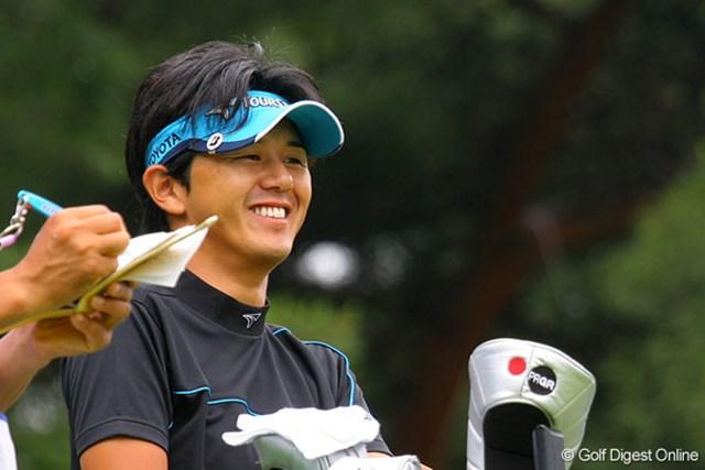 連日の「68」でホールアウト、暫定首位に立った近藤智弘